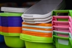 Paniers en plastique colorés pour des femmes au foyer dans le magasin photos stock