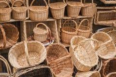 Paniers fabriqués à la main en osier à la boutique d'une rue touristique Photographie stock