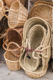 Paniers fabriqués à la main en osier à la boutique d'une rue touristique Photo stock