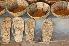 Paniers faits main vietnamiens, chaussures de jacinthe d'eau photographie stock