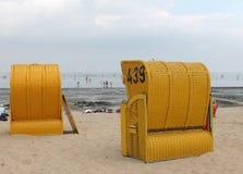 Paniers jaunes de plage à la plage Images stock