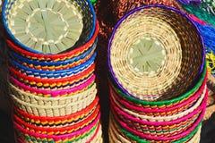 Paniers mexicains tissés sur métiers à main colorés Photo libre de droits