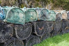 Paniers nets de pots de pêche pour des mollusques et crustacés et des poissons de homard photographie stock