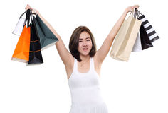 Paniers se tenants de sourire heureux asiatiques de femme d'achats d'isolement sur le fond blanc Photographie stock libre de droits