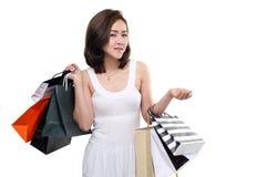 Paniers se tenants de sourire heureux asiatiques de femme d'achats d'isolement sur le fond blanc Image stock