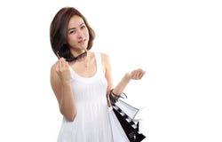 Paniers se tenants de sourire heureux asiatiques de femme d'achats d'isolement sur le fond blanc Photo stock