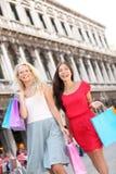 Paniers se tenants heureux de achat de femmes, Venise Photos stock