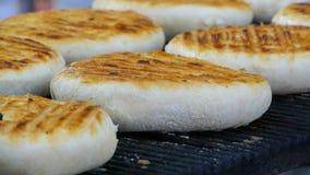 Paniert ringsum Tortillas mit einer Kruste, backendes Brot, Nahaufnahme stock footage
