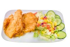 Panierte Fische mit grünem Salat Lizenzfreie Stockfotos