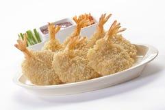 Panierte Schmetterlings-riesige Garnelen mit Salat und Salsa tauchen auf weiße Platte und weißen Hintergrund ein Lizenzfreies Stockfoto