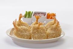 Panierte Schmetterlings-riesige Garnelen mit Salat und Salsa tauchen auf weiße Platte und weißen Hintergrund ein Lizenzfreies Stockbild