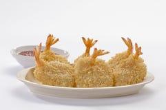 Panierte Schmetterlings-riesige Garnelen mit Salat und Salsa tauchen auf weiße Platte und weißen Hintergrund ein Stockfotografie