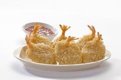 Panierte Schmetterlings-riesige Garnelen mit Salat und Salsa tauchen auf weiße Platte und weißen Hintergrund ein Lizenzfreie Stockbilder