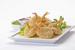 Panierte Schmetterlings-riesige Garnelen mit Salat und Salsa tauchen auf weiße Platte und weißen Hintergrund ein Stockbild