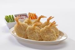 Panierte Schmetterlings-riesige Garnelen mit Salat und Salsa tauchen auf weiße Platte und weißen Hintergrund ein Stockfotos