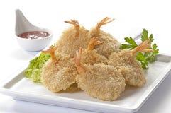 Panierte Schmetterlings-riesige Garnelen mit Salat und Salsa tauchen auf weiße Platte und weißen Hintergrund ein Stockfoto