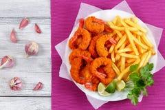 Panierter Fried Shrimps, Kalke und Pommes-Frites Lizenzfreie Stockbilder