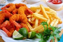 Panierter Fried Shrimps, Kalke und Pommes-Frites Stockfotografie