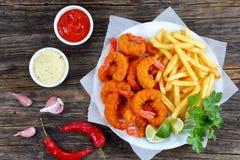 Panierter Fried Shrimps, Kalke und Pommes-Frites Lizenzfreie Stockfotos