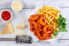 Panierter Fried Shrimps mit Pommes-Frites Lizenzfreies Stockfoto