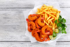 Panierter Fried Shrimps mit Pommes-Frites Stockfoto