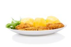 Paniertes Huhn, Kartoffel, Salat getrennt auf Weiß Lizenzfreies Stockbild
