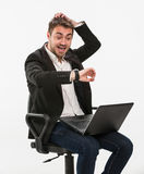 Panikmanager betrachtet seine Uhr Stockbild