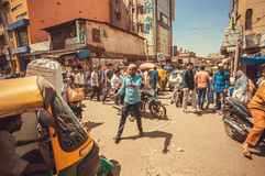 Panikuje na ulicie z tłumem ruchliwie pojazdy i ludzie, robi ruchu drogowego dżemowi obraz stock