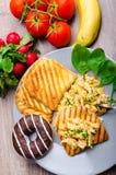 Υγιή ανακατωμένα πρόγευμα αυγά με το φρέσκο κρεμμύδι, φρυγανιά panini Στοκ Φωτογραφίες