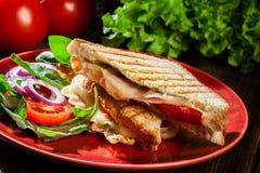 Panini brindado com o sanduíche do presunto, do queijo e do tomate foto de stock royalty free
