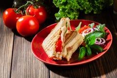Panini brindado com o sanduíche do presunto, do queijo e do tomate imagens de stock royalty free