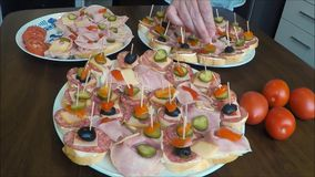 Panini (canape) di salame su un piatto archivi video