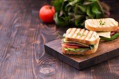Panini con bacon, formaggio, verdi ed i germogli del pisello Fotografia Stock Libera da Diritti