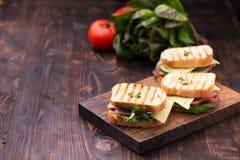Panini con bacon, formaggio, verdi ed i germogli del pisello Fotografie Stock Libere da Diritti