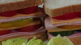 Panini con bacon, salame, il prosciutto di Parma e gli ortaggi freschi stock footage