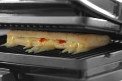 Panini con el queso que cocina en una parrilla eléctrica Imagenes de archivo