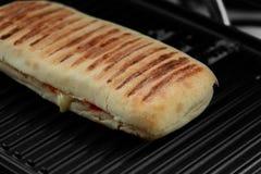 Panini con el queso que cocina en una parrilla eléctrica Fotos de archivo libres de regalías