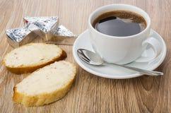 Panini con formaggio fuso, caffè nero in tazza ed il cucchiaio Fotografia Stock Libera da Diritti