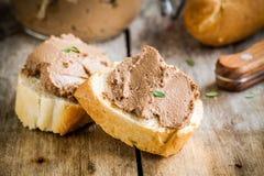 Panini con il pasticcio di fegato casalingo del pollo per la prima colazione immagine stock