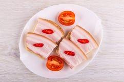 Panini con il petto, peperoncino, pomodoro in piatto sulla tavola Vista superiore fotografie stock