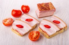 Panini con il petto, peperoncino rosso, pomodoro, pezzo di petto sulla tavola immagine stock libera da diritti