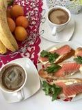 Panini con il salmone ed i verdi I pezzi di pesce sono messi su le baguette del pane, lubrificate Decorato con prezzemolo fresco Fotografia Stock Libera da Diritti