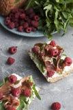 Panini con l'intero pane del grano, formaggio casalingo, rucola, prosciutto Fotografie Stock