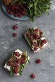 Panini con l'intero pane del grano, formaggio casalingo, rucola, prosciutto Fotografia Stock Libera da Diritti