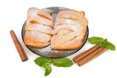 Panini con la mela, la cannella e la menta spruzzate con il suga in polvere Fotografie Stock