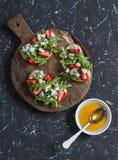 Panini con le fragole, la rucola ed il formaggio blu Spuntino delizioso, prima colazione o uno spuntino con vino Fotografie Stock Libere da Diritti