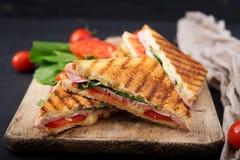 Panini de sandwich à club avec du jambon photographie stock libre de droits