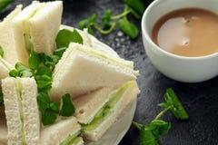 Panini del cetriolo con formaggio a pasta molle, sale marino e crescione acquatico per il ricevimento pomeridiano fotografia stock libera da diritti