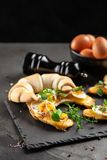 Panini del croissant del burro immagini stock