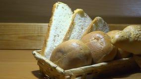 Panini del cursore e del sesamo sulla pagnotta affettata nel colpo di zumata di cestino del pane archivi video